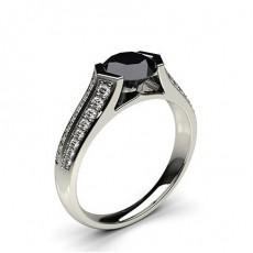 Schwarzer Diamant Verlobungsring mit Seitensteinen in einer Kanalfassung