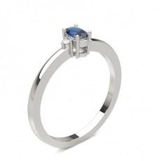 Blauer Saphir Ring mit Seitensteinen in einer Krappenfassung