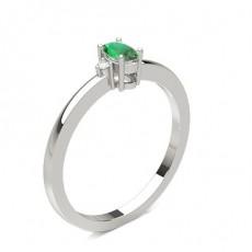 Smaragd Ring mit Seitensteinen in einer Krappenfassung